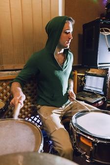 Schlagzeuger im tonstudio, der am schlagzeug spielt