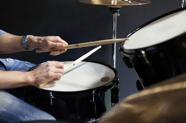 Schlagzeuger mit trommelstöcken