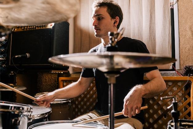 Schlagzeuger probt am schlagzeug vor rockkonzert