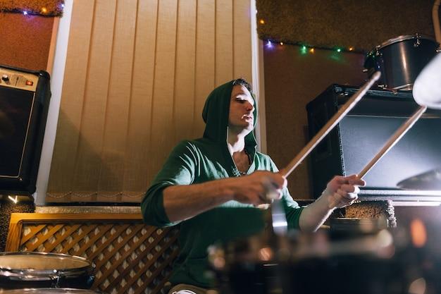 Schlagzeuger probt vor live-konzert