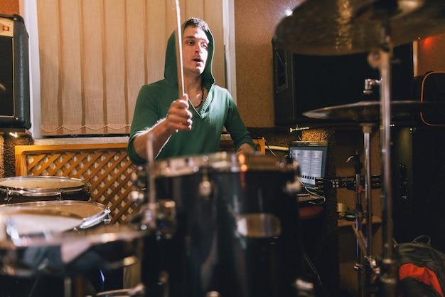 Schlagzeuger probt vor rockkonzert