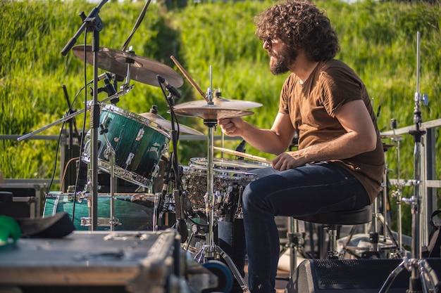 Schlagzeuger schlägt bei einem live-konzert am schlagzeug