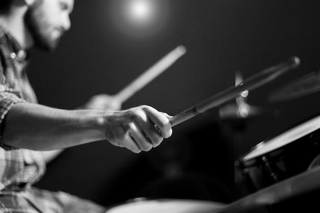 Schlagzeuger schwarz und weiß