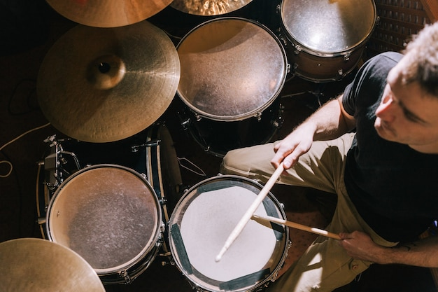 Schlagzeuger spielt auf schlagzeug-draufsicht