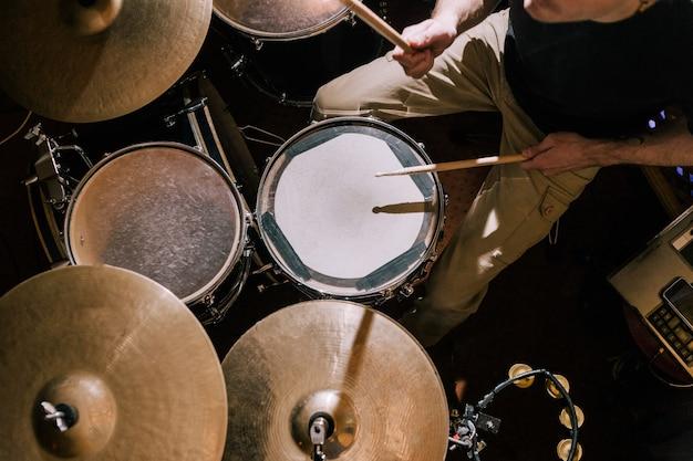 Schlagzeuger spielt auf schlagzeug draufsicht