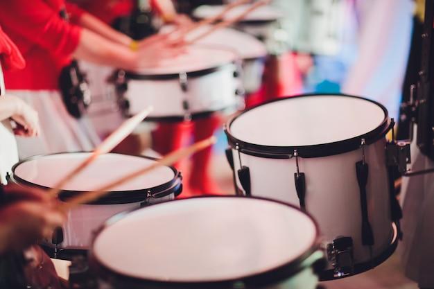 Schlagzeuger spielt mit drumsticks am rock drum set