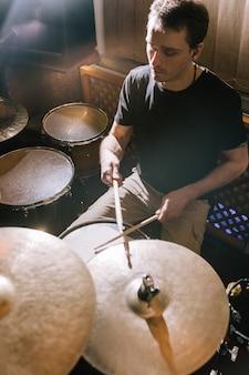 Schlagzeuger spielt schlagzeug im tonstudio