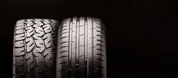 Schlammreifen für pickups und lkws sowie ein pkw-reifen nebeneinander. zwei räder in nahaufnahme