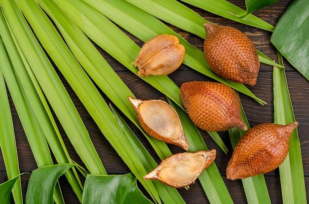 Schlangenfrucht, rakum, sala auf hölzernem hintergrund. tropische frucht.