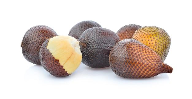 Schlangenfrucht, salacca, zakacca (salak indo) isoliert auf weißem hintergrund