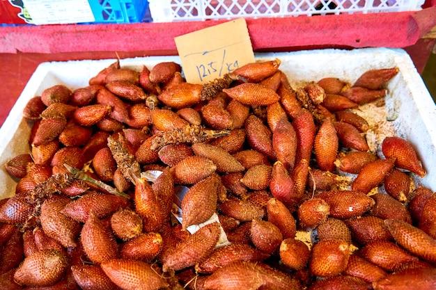 Schlangenfrucht salak in einem malaysischen lebensmittelgeschäft.