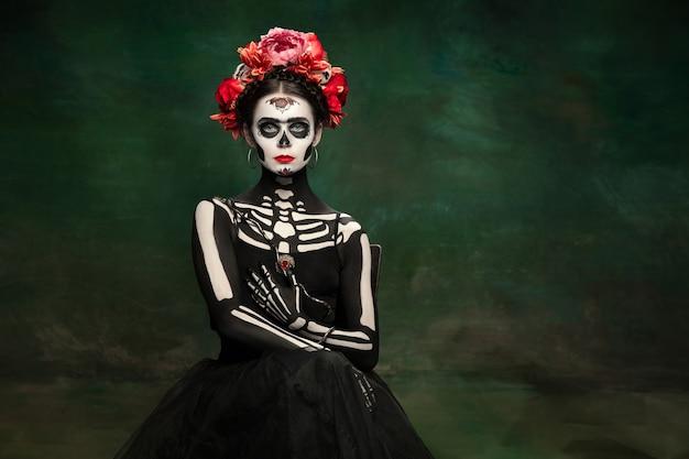 Schlangenkönigin junges mädchen wie santa muerte saint death oder sugar skull mit hellem make-up