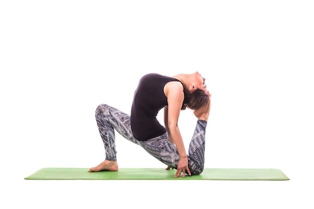 Schlanke junge frau, die yogaübung macht. isoliert über weißem hintergrund.