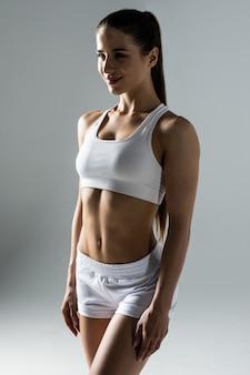 Schlanke taille der jungen sportlichen frau. detail des perfekt sitzenden weiblichen körpers