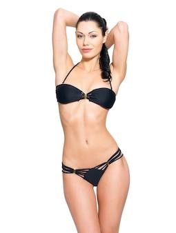 Schlanker körper der jungen frau im schwarzen bikini.