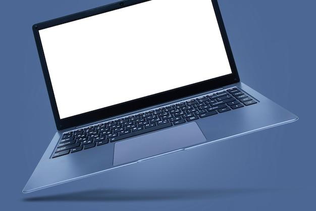 Schlanker moderner laptop mit weißem bildschirmmodell auf grau mit schatten.