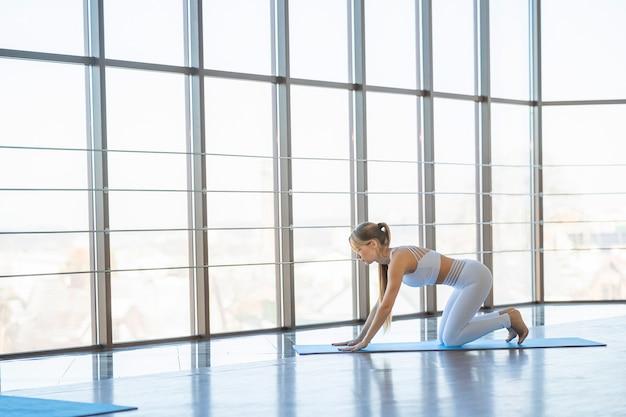 Schlankes mädchen in der yoga-kuhhaltung