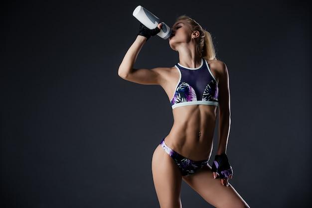 Schlankes sportliches mädchen trinkwasser