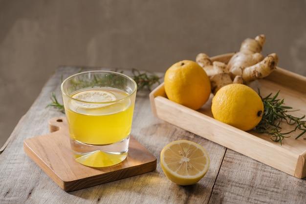 Schlankheitstee mit ingwer, zitrone und vitaminen