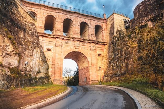 Schlassbréck, die historische brücke in der altstadt von luxemburg