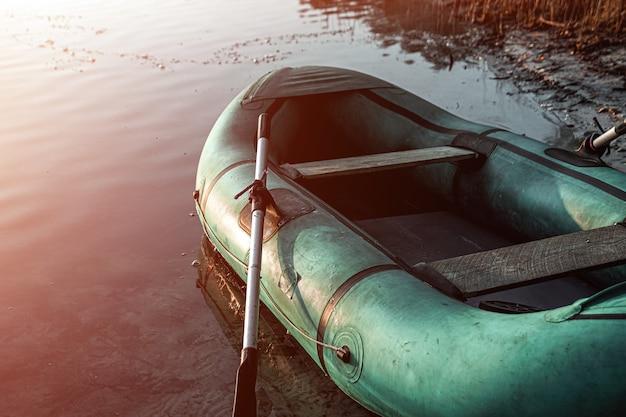 Schlauchboot auf dem see bei sonnenaufgang fischenhobbyferien