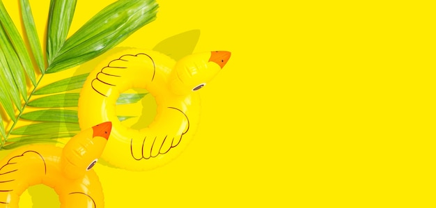 Schlauchboot von gelben enten auf gelbem hintergrund. sommerhintergrundkonzept