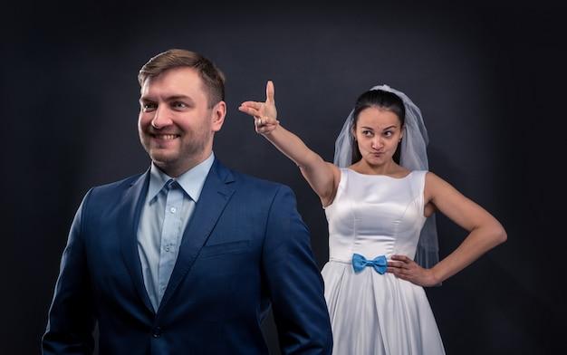 Schlaue braut brachte eine fingerpistole auf ihren bräutigam