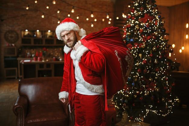 Schlecht betrunkener weihnachtsmann bringt geschenke