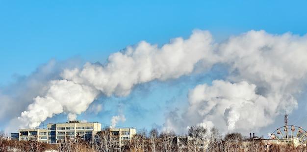 Schlechte umgebung in der stadt. umweltkatastrophe. schädliche emissionen in die umwelt. rauch und smog. verschmutzung der atmosphäre durch pflanzenfabrik. abgase