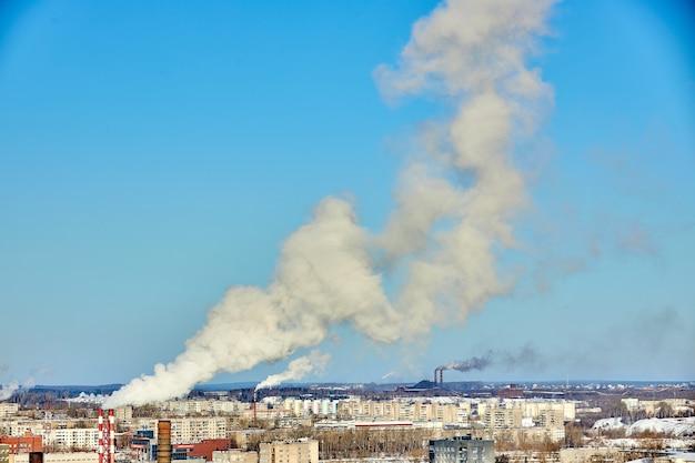 Schlechte umgebung in der stadt. umweltkatastrophe. schädliche emissionen in die umwelt. rauch und smog. verschmutzung der atmosphäre