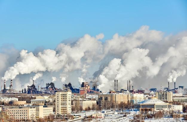 Schlechte umgebung in der stadt. umweltkatastrophe. schädliche emissionen in die umwelt. rauch und smog. verschmutzung