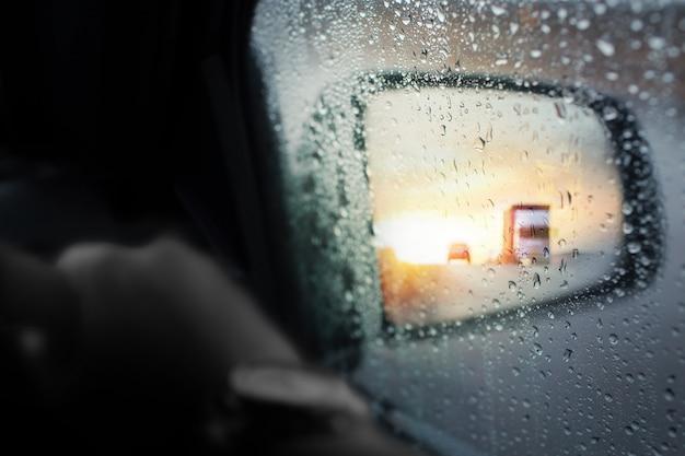 Schlechte wetterbedingungen auf der straße während des regensturms, selektiver fokus und getönte farbe.