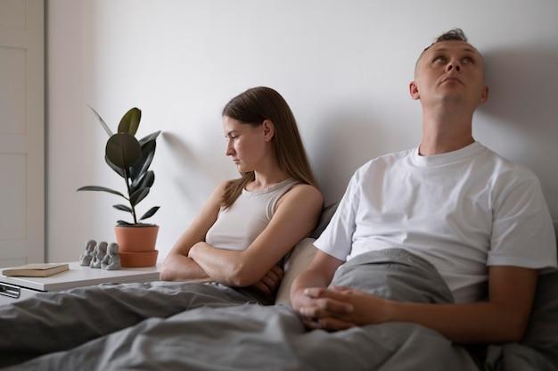 Schlechtes sexkonzept mit verärgertem paar