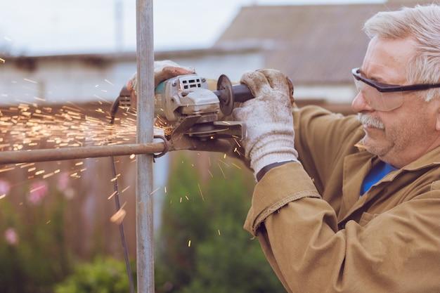 Schleifmaschine schneidet das metall