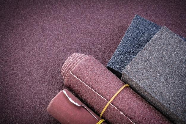 Schleifpapierrollen und schleifschwämme auf polierblech