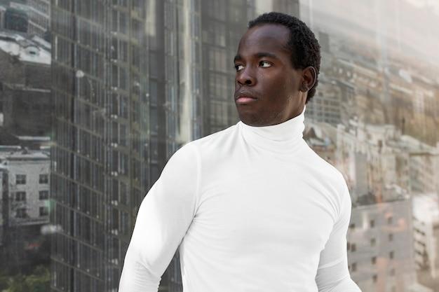 Schlichtes weißes rollkragenhemd streetstyle herrenmode