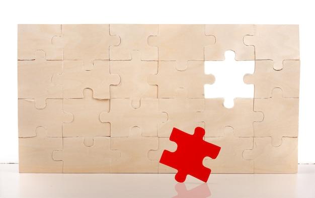 Schließe ein puzzle mit fehlendem teil ab
