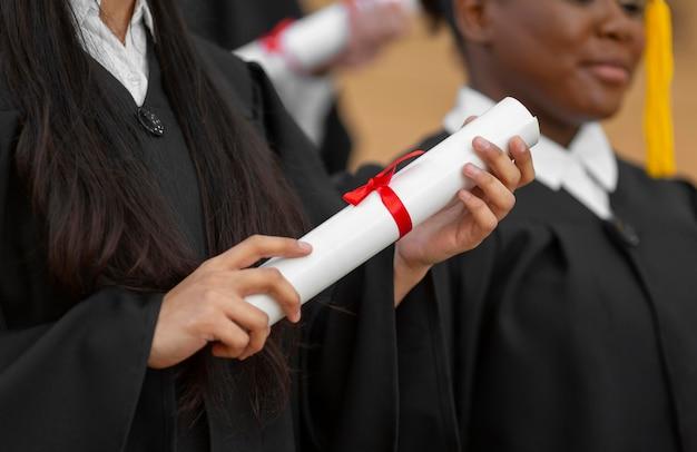 Schließen sie abschlussstudenten mit kleid