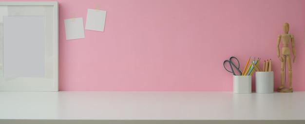 Schließen sie ansicht-designerarbeitsbereich mit kopierraum, rahmen und designerbedarf auf marmortisch