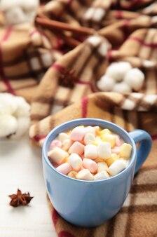 Schließen sie auf heiße schokolade mit marshmallows