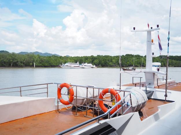 Schließen sie das deck der yacht, die am pier im süden von thailand anlegt.
