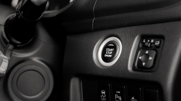 Schließen sie das drücken des start / stopp-motors an einem auto.