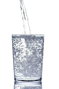 Schließen sie das eingegossene gereinigte frische trinkwasser aus der flasche in ein glas