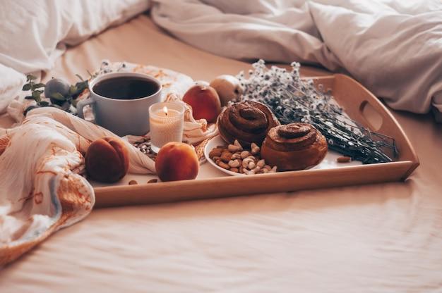 Schließen sie das frühstück im bett mit kaffee ab