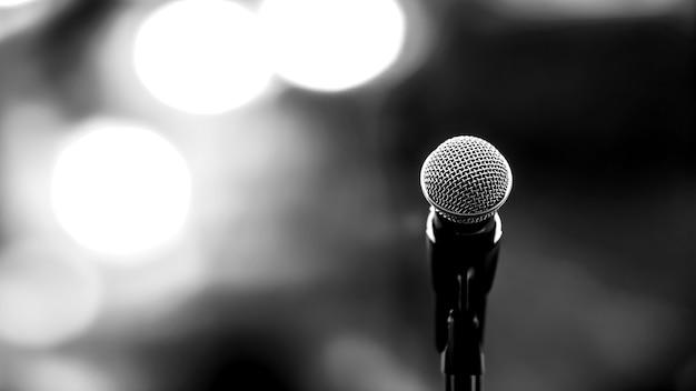 Schließen sie das mikrofon auf dem ständer mit unscharfem hintergrund.