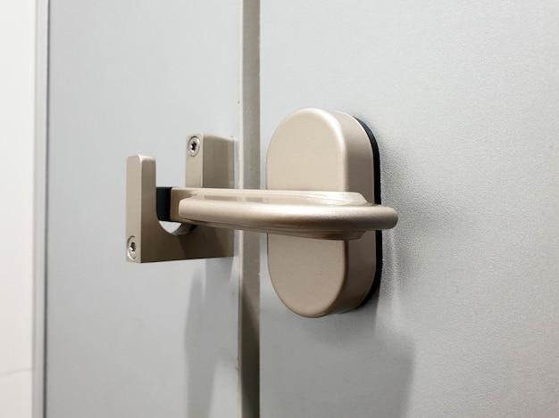 Schließen sie das türschloss in der toilette auf
