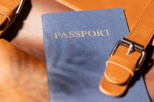 Schließen sie den rucksack mit dem reisepass