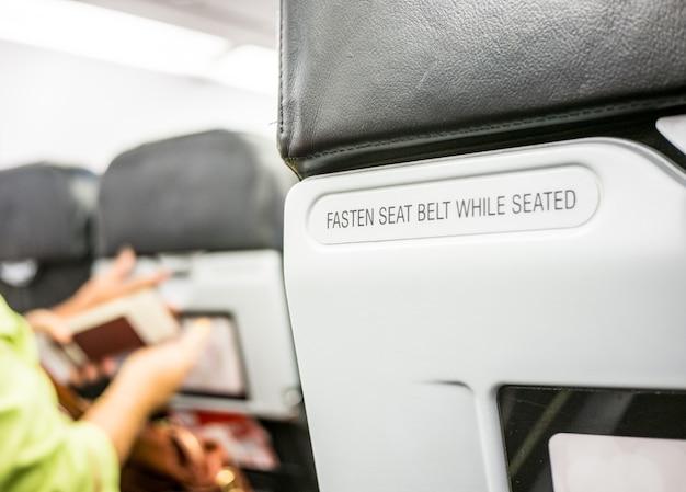 Schließen sie den sicherheitsgurt an der rückenlehne des flugzeugs