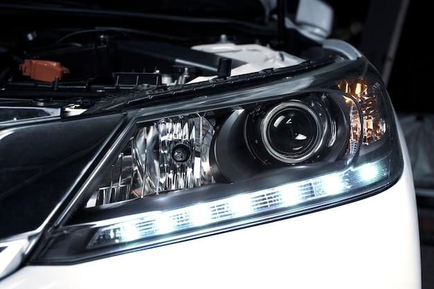 Schließen sie details der projektorlinsenscheinwerfer und der tagfahrlichttechnologie in einem auto.