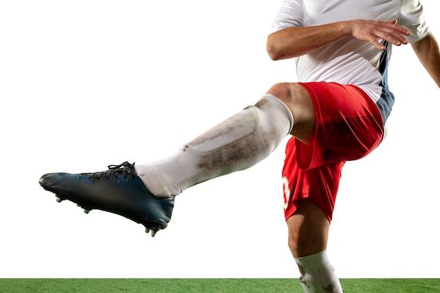 Schließen sie die beine des professionellen fußballs, fußballspieler, die um den ball kämpfen